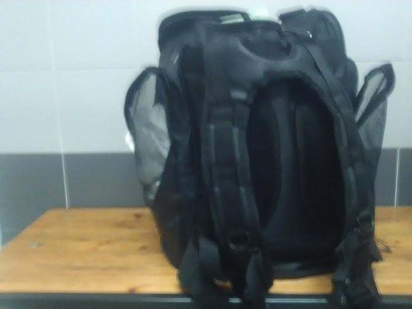 Giù le borse dalle panche