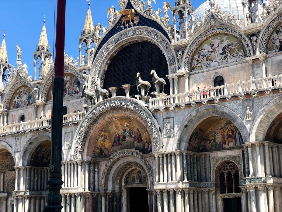 Un dettaglio della facciata della Basilica di San Marco
