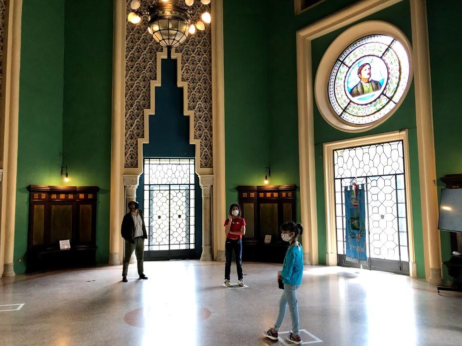 La Sala dei 90. Nella vetrata è presente un ritratto del conte Cesare Mattei