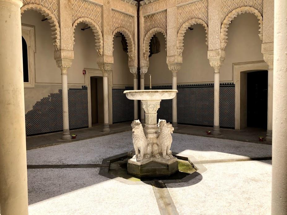 Il cortile dei Leoni di Rocchetta Mattei, ispirato all'Alhambra di Granada