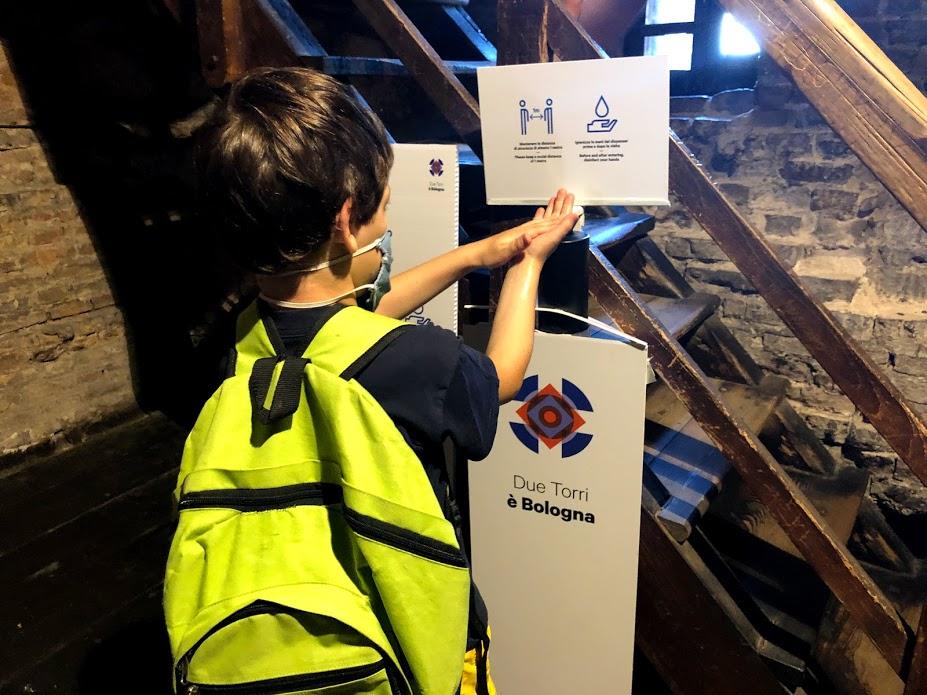 Torre degli Asinelli: mascherina e gel per sanificarsi le mani all'ingresso