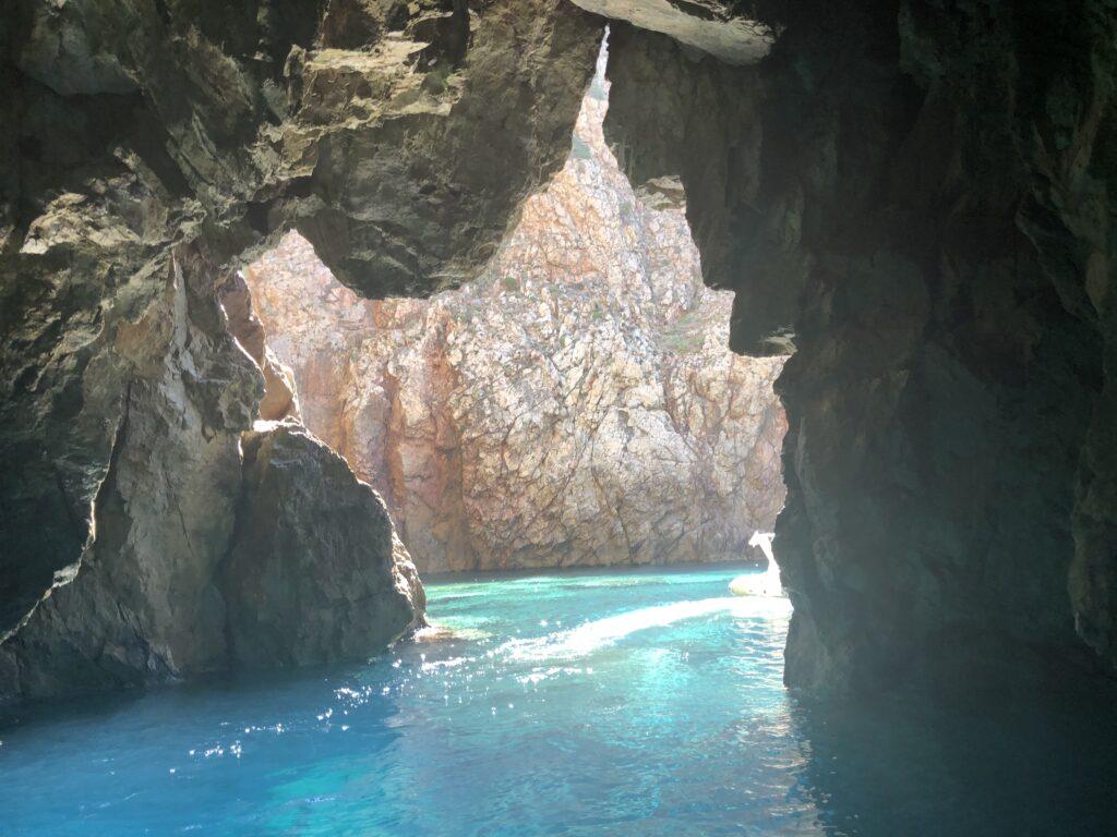 La grotta azzurra e la sagoma della Sardegna