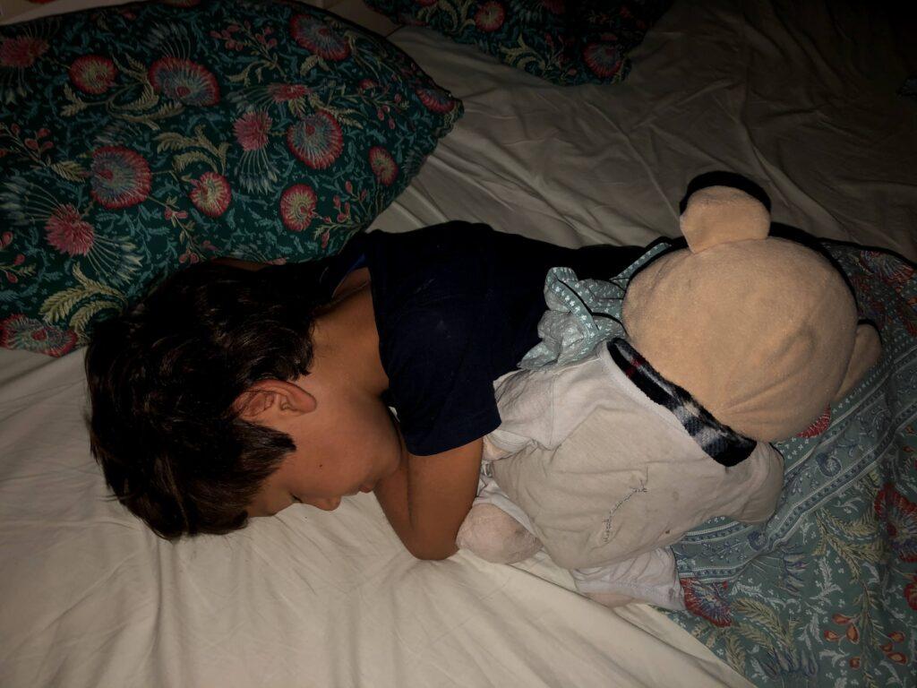 Il selvaggio dorme con Jhonny il maiale